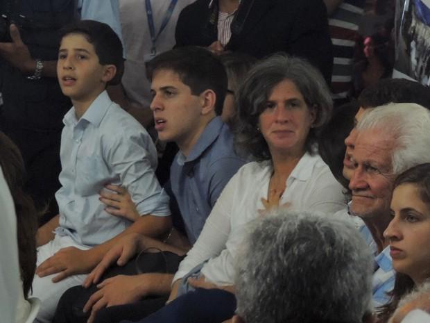 Renata Campos acompanhou missa ao lado dos filhos (Foto: Katherine Coutinho/G1)