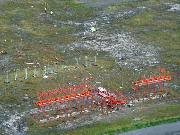 Danos na área de antenas de comunicação no Aeroporto de Fukushima. (Foto: Muneyuki Tomari / Kyodo News / via AP Photo)