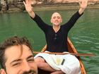 Paulo Gustavo e Thales Bretas curtem passeio de barco com champanhe