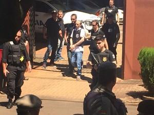 Após cerca de duas horas, Leandro Boldrini deixou local e voltou para PASC (Foto: Jonas Campos/RBS TV)