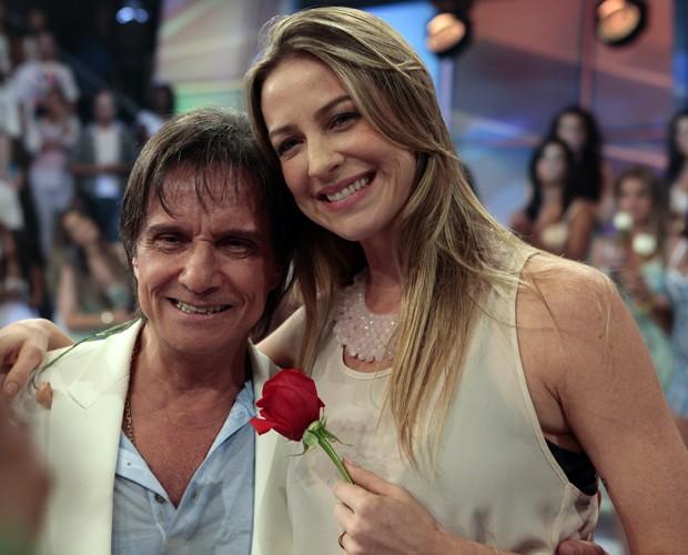 Luana Piovani abriu um sorriso contagiante na hora de tirar foto com Roberto (Foto: Domingão do Faustão / TV Globo)