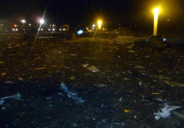Foto fornecida pelo Ministério de Situações de Emergiência na Rússia mostra destroços do local do acidente, no aeroporto de Kazan (Foto: AP)