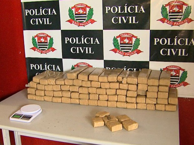 Polícia Civil encontrou 129 kg de maconha na casa de um dos suspeitos (Foto: Ronaldo Gomes/EPTV)