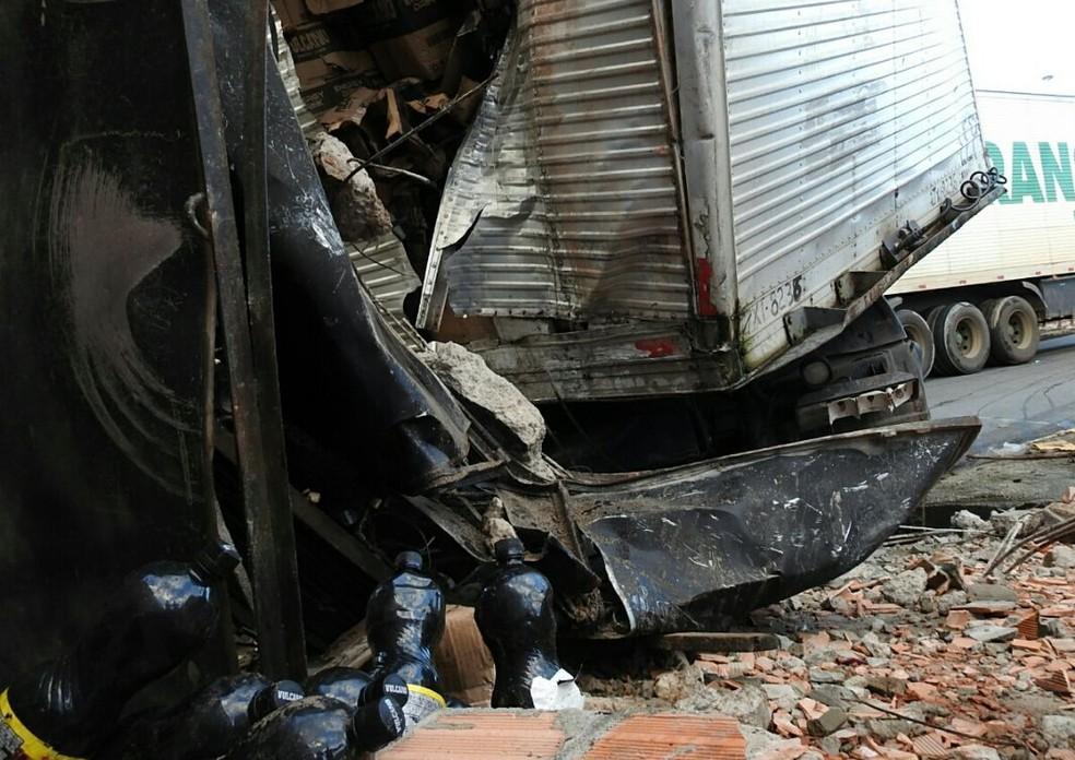 Caminhão levava carga de energéticos (Foto: Adneison Severiano/G1 AM)
