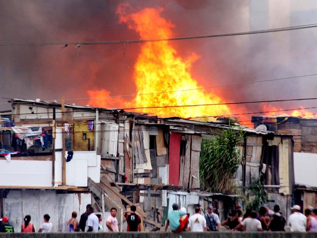Incêndio de grandes proporções atinge barracos da favela Aracati sob Viaduto Alberto Badra, no Bairro da Penha, zona leste de São Paulo (Foto: Evaldo Fortunado/Futura Press/Estadão Conteúdo)
