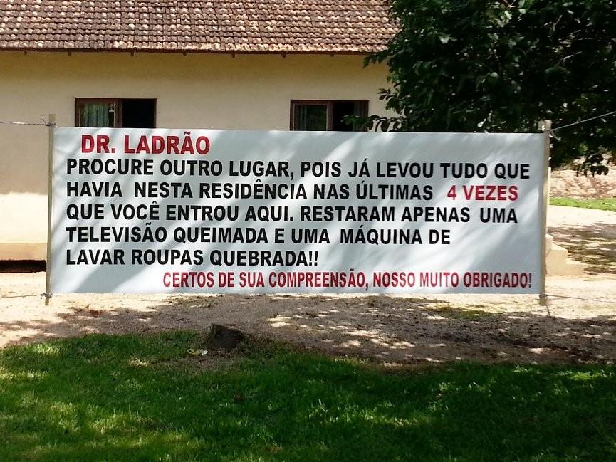 Faixa diz 'Doutor Ladrão' no ínicio e encerra com um 'muito obrigado' (Foto: Jerônimo Tridapalli)