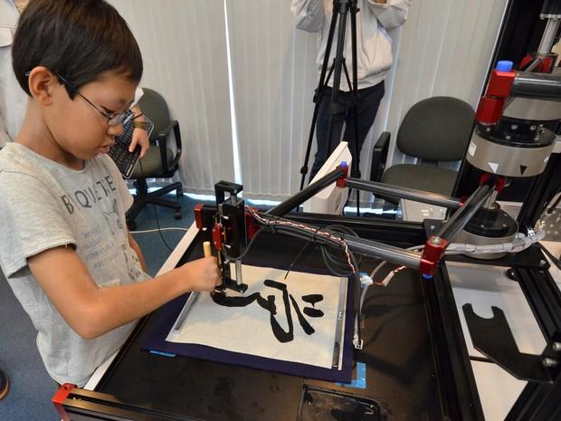 Robô ensina caligrafia tradicional para crianças nas salas de aula do Japão. (Foto: Yoshikazu Tsuno/AFP)