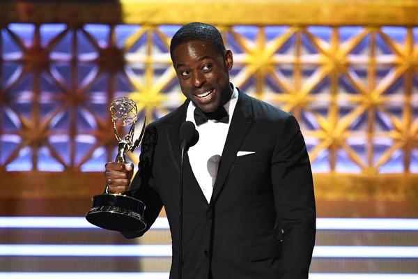 O ator Sterling K. Brown com o troféu vencido por ele no Emmy 2017 (Foto: Getty Images)