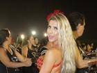 Ana Paula Minerato usa look curto e deixa parte do bumbum à mostra