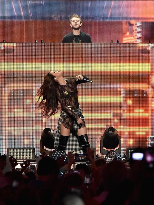 Selena Gomez e Zedd durante uma apresentação da cantora em 2015 (Foto: Getty Images)