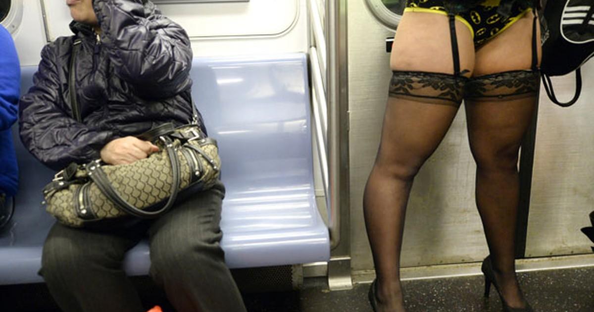 Londrinos e nova-iorquinos usam apenas a roupa de baixo no metrô