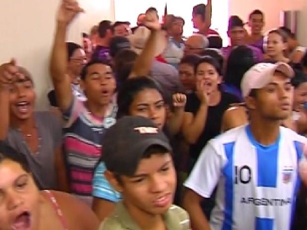 Moradores de Nova Independência protestam na Câmara (Foto: Reprodução/TV Tem)