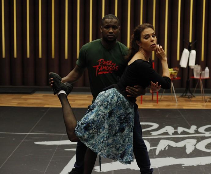 Françoise Forton faz pose e brinca durante treino do Dança (Foto: Artur Meninea/Gshow)