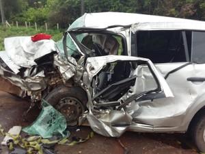Os carros ficam destruídos após colisão frontal.  (Foto: G1)