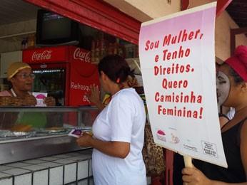 Ação da ONG distribuiu camisinhas para mulheres em mercados públicos (Foto: Divulgação/ gestos)
