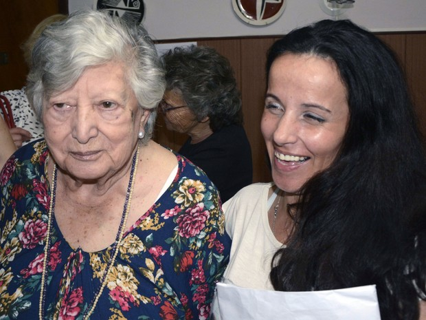 Mulher que afirmou ser Clara Anahí, neta de María (Chicha) Mariani (à esq.). (Foto: Carlos Cermele / TELAM / AFP)