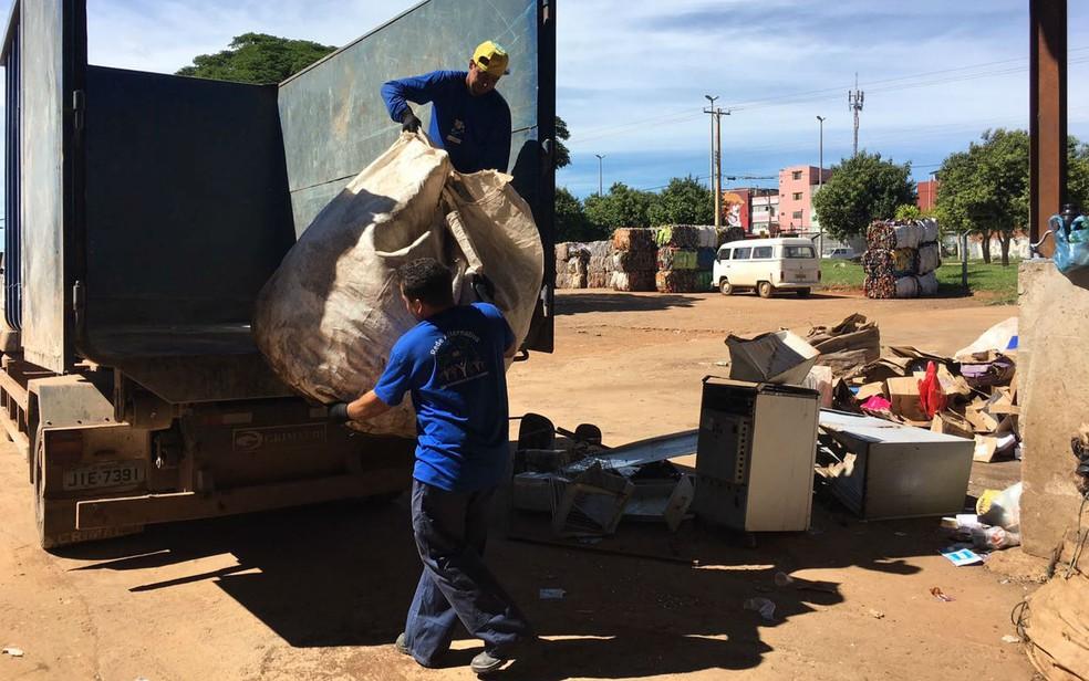 Catadores da cooperativa Recicle a Vida descarregam recicláveis recolhidos em Brasília (Foto: Luiza Garonce/G1)