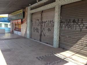 Comércios da Avenida Miguel Badra fecharam durante a tarde (Foto: Carolina Paes/G1)