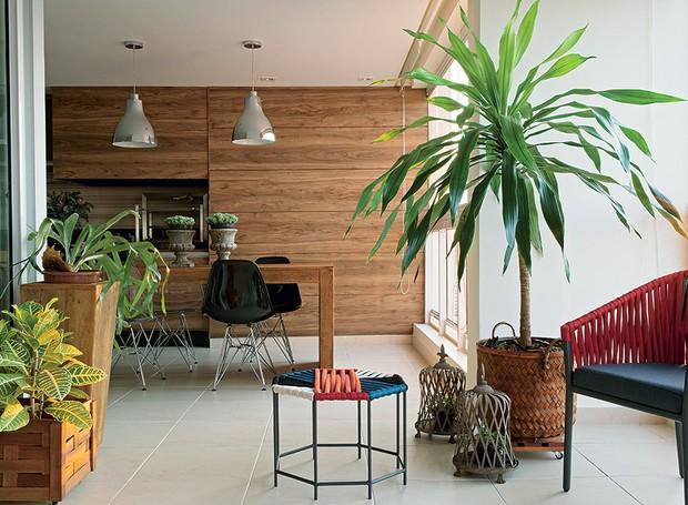 """Para liberar o espaço no living do apartamento na Aclimação, em São Paulo, a arquiteta Gabi Sartori e a designer de interiores Stela M. Sartori montaram a sala de jantar na varanda em """"L"""" de 45 m²   (Foto: Marcelo Magnani / Casa e Jardim)"""