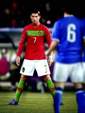 Cristiano Ronaldo faz a pose tradicional em cobranças de falta (Foto: Divulgação)