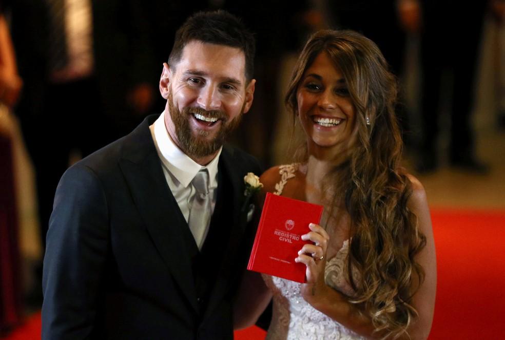 Messi e Antonella Roccuzzo sorriem e mostram documento que oficializou o casamento (Foto:  REUTERS/Marcos Brindicci )