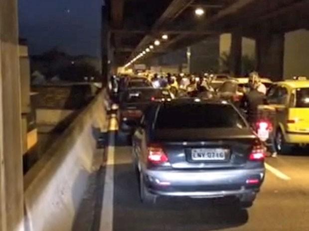 Linha Vermelha parada devido ao protesto no Caju (Foto: Reprodução / Enviado por Whatsapp)