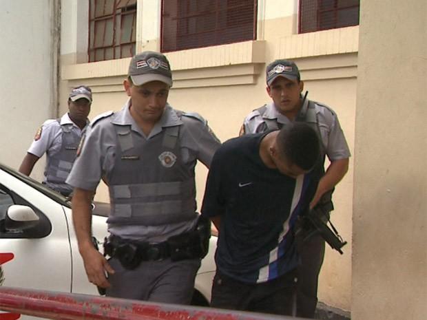Menor de 17 anos foi detido enquanto dirigia carro roubado em Ribeirão (Foto: Márcio Meireles / EPTV)
