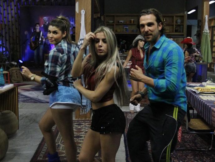 Igor Rickli ensaia passos durante o show do Lucas Lucco (Foto: Fabiano Battaglin / Gshow)