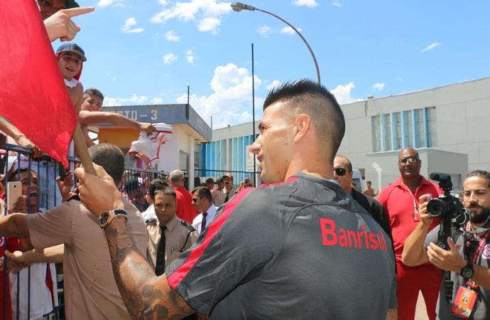 Cuesta retribiu carinho dos torcedores (Foto: Tomás Hammes/GloboEsporte.com)