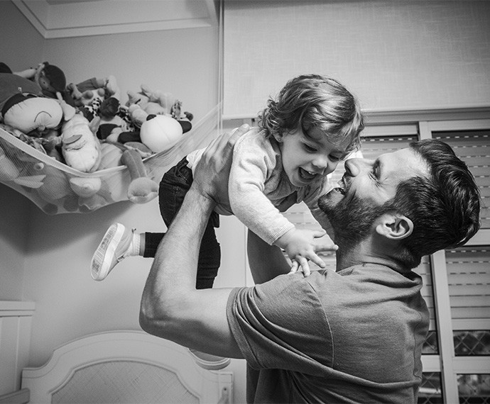 Direto para o colo do papai! Duda se diverte com as brincadeiras Henri (Foto: Raphael Dias/Gshow)