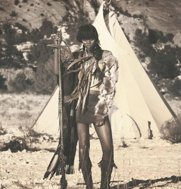 """""""Como uma nativo-americana, estou enojada e insultada culturalmente. Isso não é uma honra, é uma vergonha"""", comentou uma seguidora embaixo dessa foto (Foto: facebook)"""