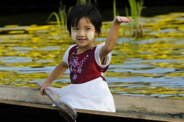 Uma menina em uma canoa no lago Inle traz no rosto a tradicional marca redonda da thanaka. (Foto: Haroldo Castro/ÉPOCA)