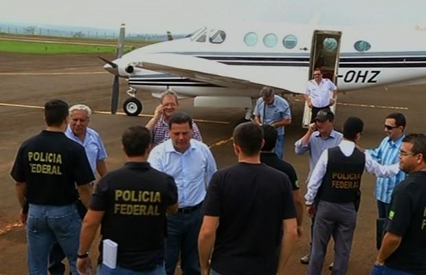 Policiais federais vistoriaram avião do candidato a reeleição Marconi Perillo em Jataí, Goiás (Foto: Reprodução/TV Anhanguera)