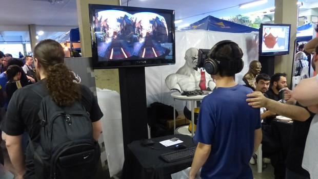 Galera se diverte com o óculos de realidade virtual trazido por Victor e sua equipe (Foto: Divulgação/RPC TV)