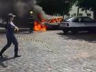 Carro pega fogo em estacionamento de posto em Uberlândia