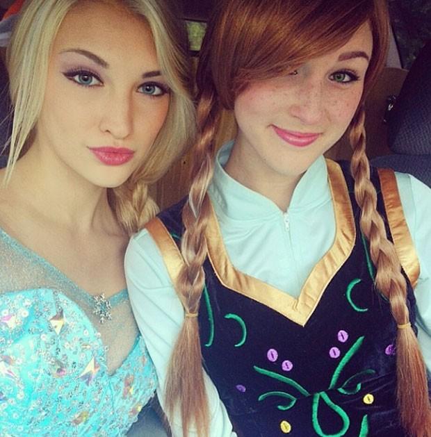 Ao lado da amiga Brittany Lee, dupla forma 'equipe perfeita' de sósias da rainha Elsa e de sua irmã Anna, no longa-metragem de animação 'Frozen' (Foto: Reprodução/Instagram/annafaithxoxo)