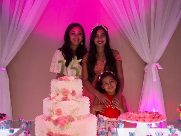 Irmã mais velha ajudou Kamylla a vender jujubas para pagar festa de 15 anos Goiânia Goiás (Foto: Reprodução/Frederico Carvalho)