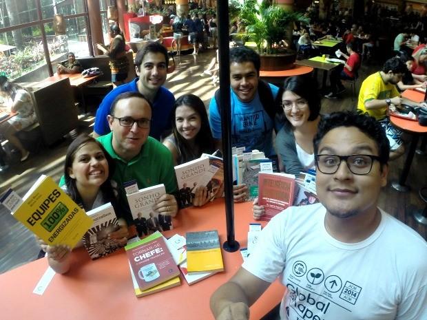 Representantes do Global Shapers em Manaus iniciaram ação doando livros (Foto: Divulgação/Global Shapers)