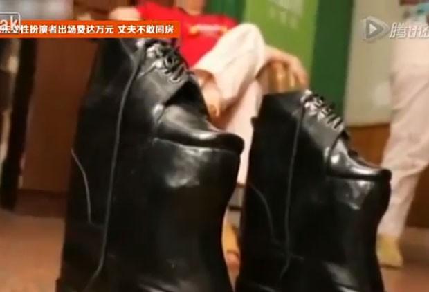 Mais baixa, ela compensa tamanho com sapatos de 26 centímetros (Foto: Reprodução/YouTube/Hdfr046)