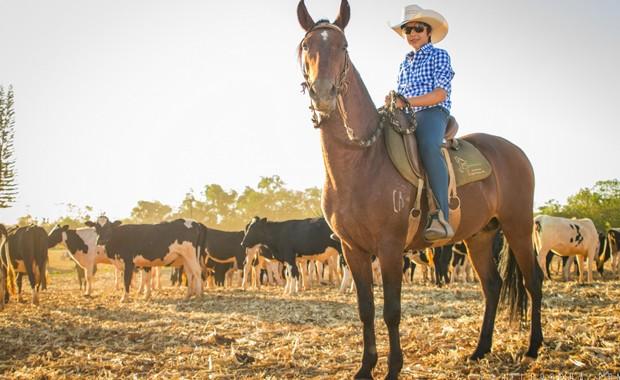 Bruninho, cantor sertanejo de 9 anos, posa na fazenda do avô à frente do rebanho comprado com o lucro do hit 'Arrocha que ela gosta', com valor estimado pelo pai em R$ 500 mil (Foto: Divulgação / Pabllo Rocha)