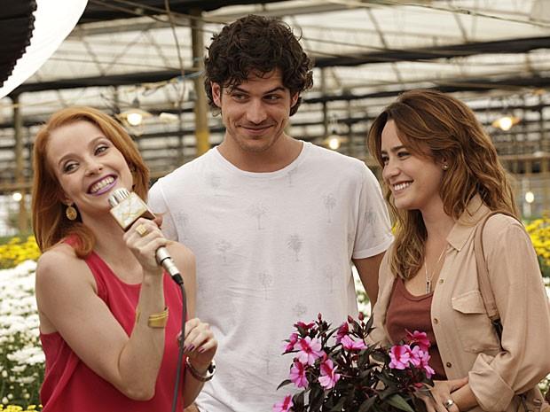 Lara adora a aparição da irmã de Amora (Foto: Sangue Bom/TV Globo)