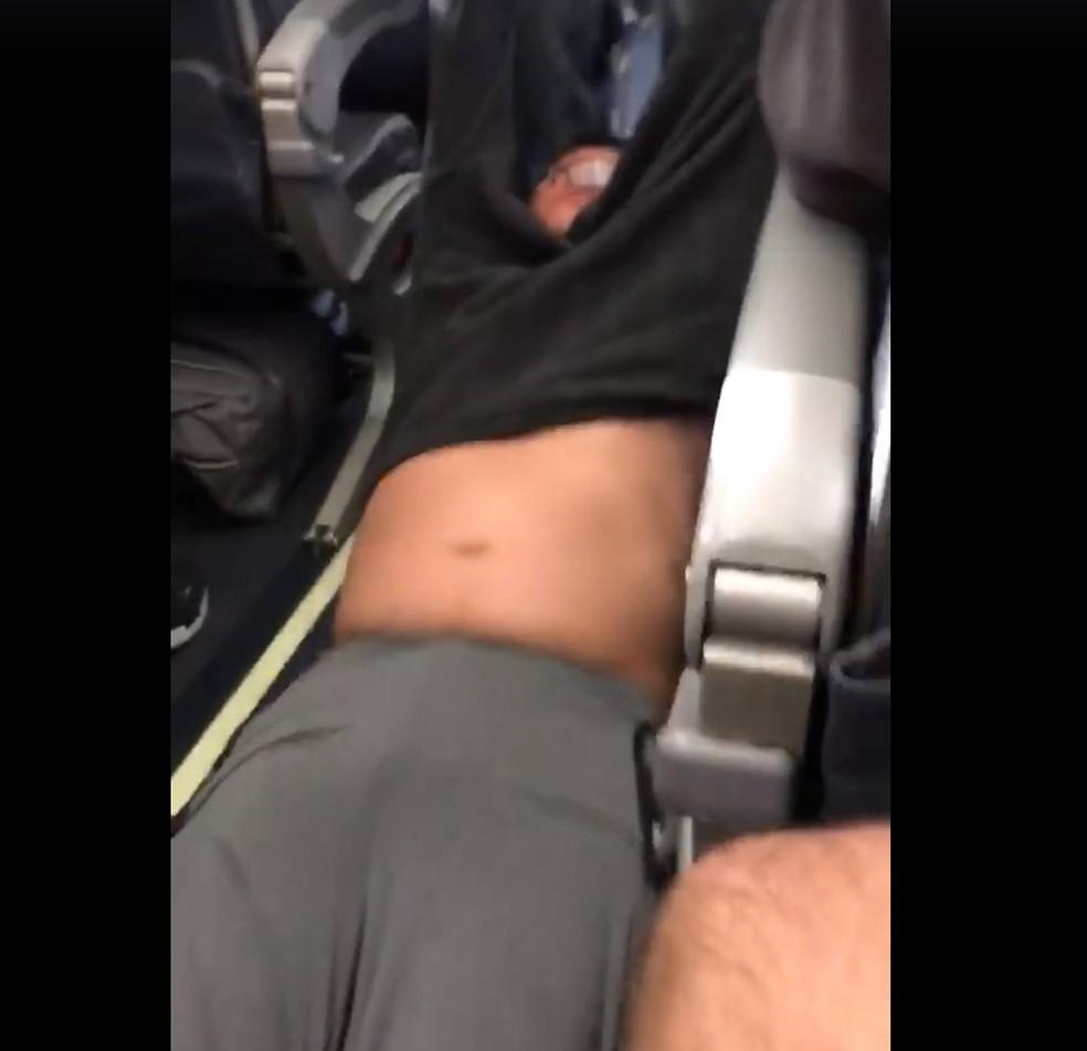 Vídeo mostra homem sendo arrastado para fora de avião (Foto: Reprodução/Facebook/Audra Bridges)