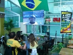 Torcedores assistem jogo em Macaé (Foto: Júnior Costa)