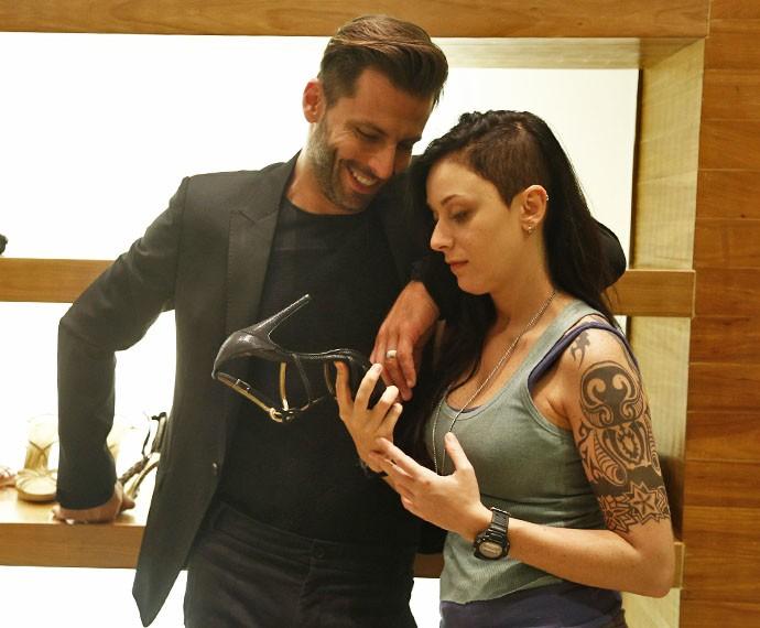 Gabo ajuda Ximena a escolher uma sandália de salto. Será que ela vai dar conta? (Foto: Raphael Dias/Gshow)