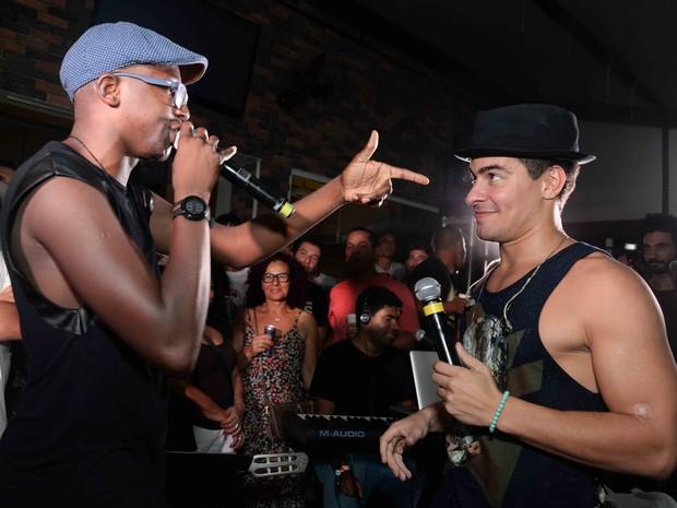 Mumuzinho e Thiago Martins se apresentam na Zona Sul do Rio (Foto: Ari Kaye/ Divulgação)