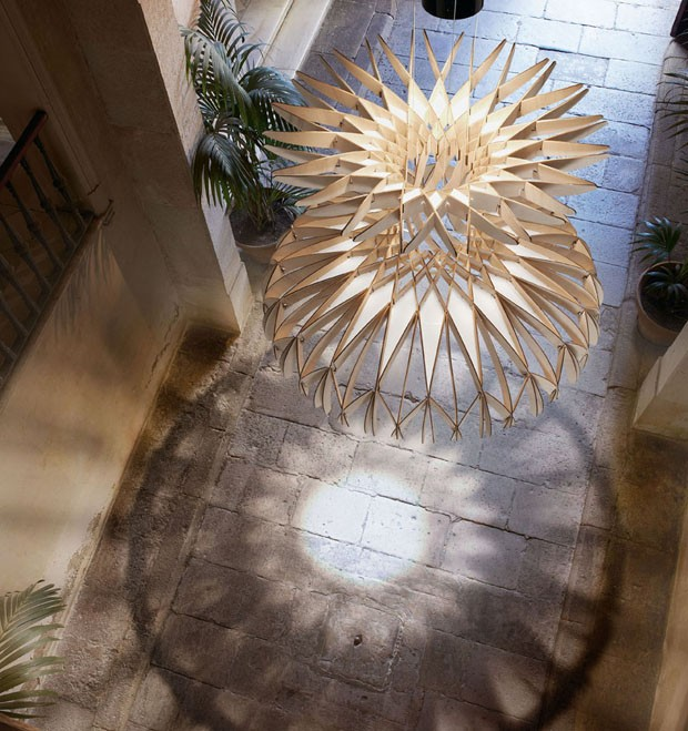 Luminária montada com 170 pedaços de madeira (Foto: EMBT Architects / divulgação)