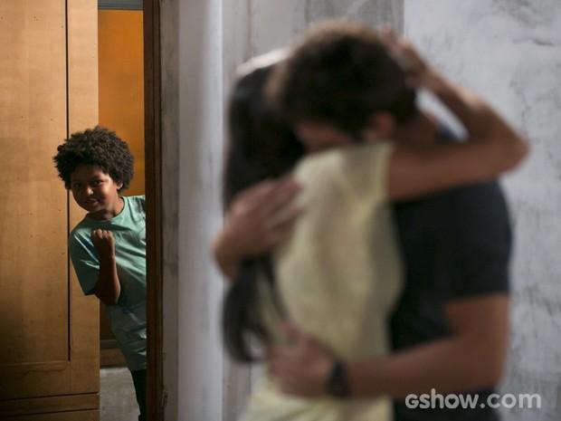 Nilson vê os dois juntos e comemora (Foto: Felipe Monteiro/TV Globo)