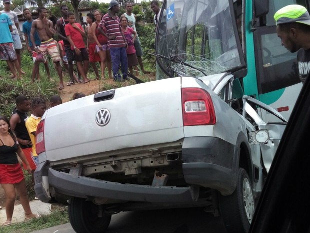Colisão frontal entre caminhonete e ônibus deixa uma pessoa morta na BR-101 (Foto: Carlos José/Blog Voz da Bahia)