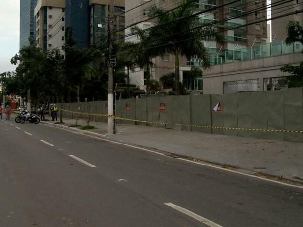 Condomínio de luxo é cercado por tapumes em Vitória (Foto: Reprodução/ TV Gazeta)
