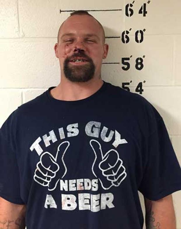 Preso por dirigir bêbado, Joshua Tackett vestia camiseta com slogan 'Este cara precisa de uma cerveja' (Foto: Kensington Police Department )